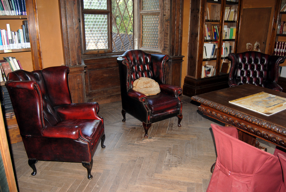 Divani antichi in pelle idee per il design della casa for Divani antichi usati