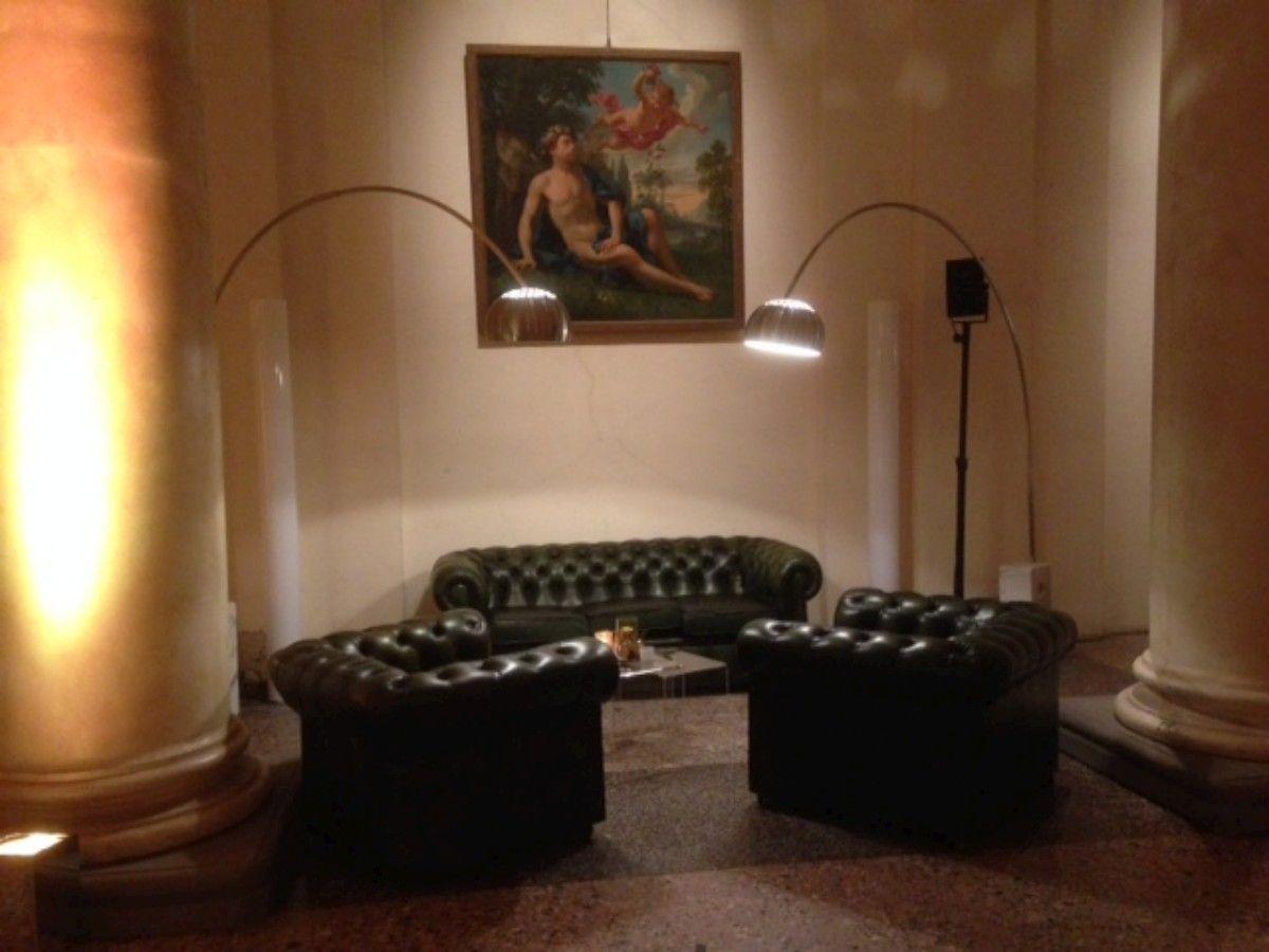 Allestimento di divani e poltrone Chesterfield nella sala delle colonne