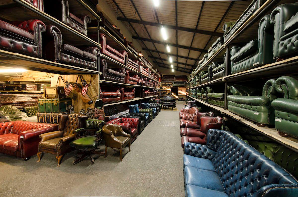 Vista del magazzino dei nostri divani chesterfield for Magazzino mobili