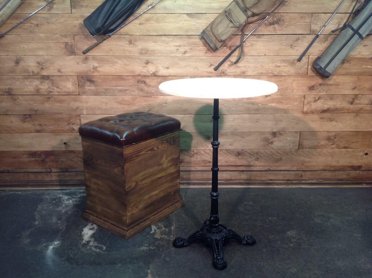 pouf chesterfield color marrone con cassa in legno. Black Bedroom Furniture Sets. Home Design Ideas