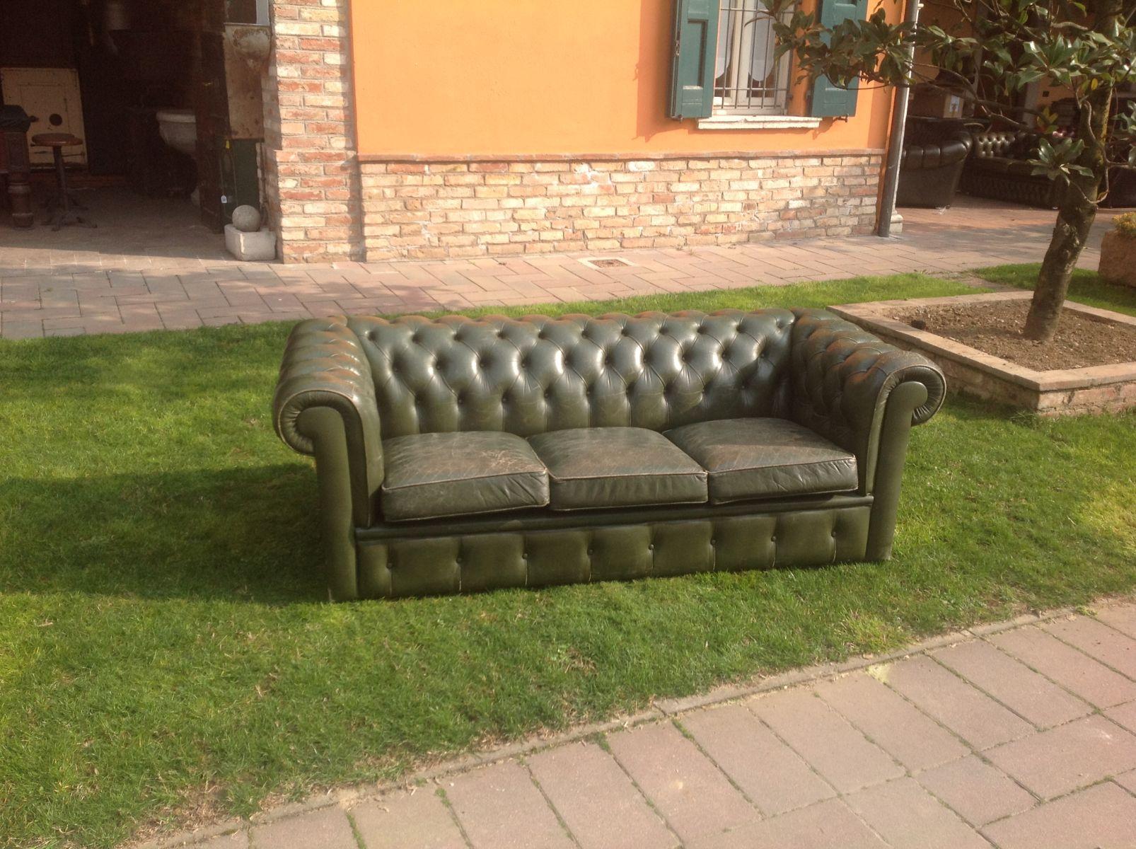 Divano chesterfield 3 posti originale inglese vintage in vera pelle color verde - Divano in inglese ...
