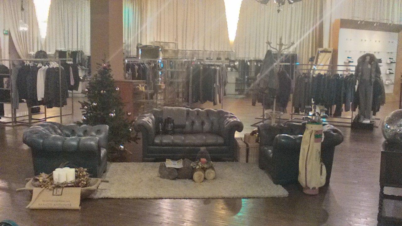 Allestimento di divani chesterfield allo stock house di - Stock mobili brescia ...