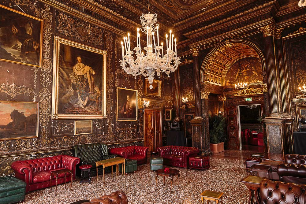 Baratti Antique Shop Brescia: Rental of sofas and armchairs for events, fairs, fashion shows and theatre