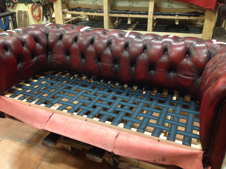 Baratti: restoration of a vintage sofa with new straps and springs
