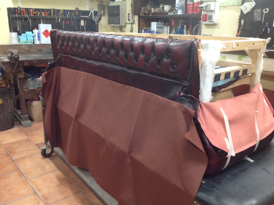 Baratti: restoration of a vintage sofa with new fabrics and foam rubber