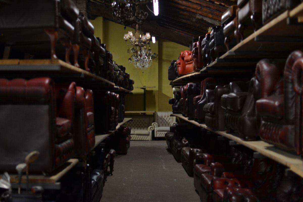 Vista del magazzino dei nostri divani chesterfield dsc_0528.jpg