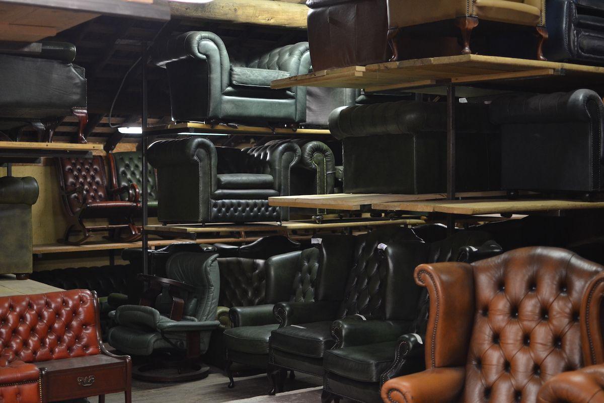 Vista del magazzino dei nostri divani chesterfield dsc_0529.jpg