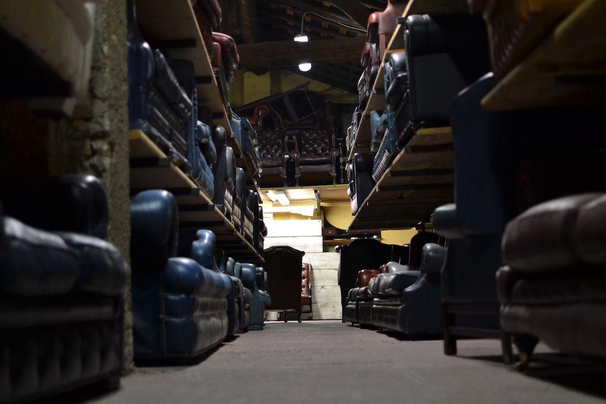 Vista del magazzino dei nostri divani chesterfield dsc_0530.jpg