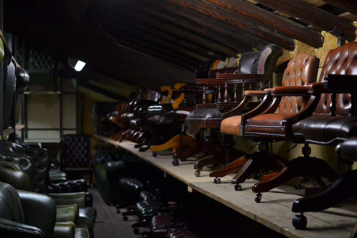 Vista del magazzino dei nostri divani chesterfield dsc_0655.jpg