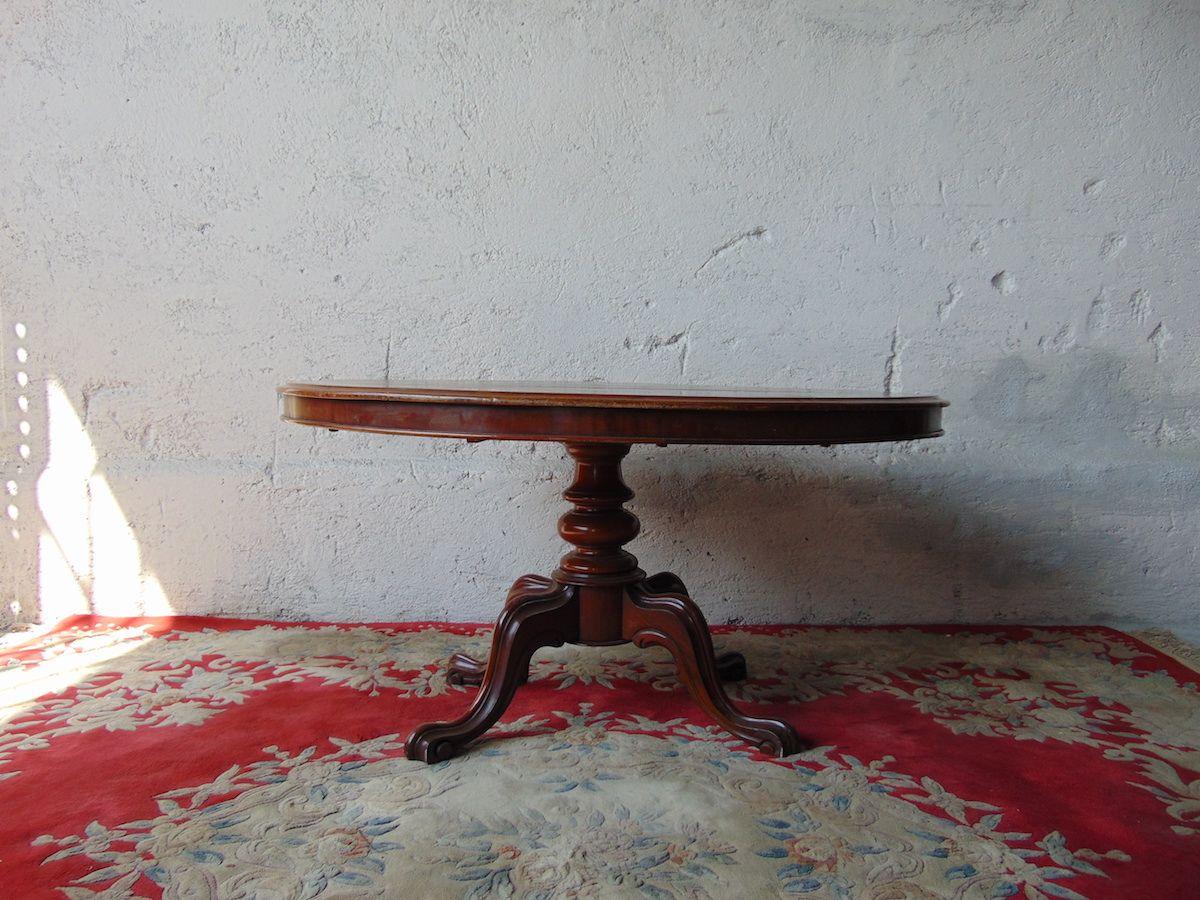 Tavolo in mogano Vista frontale tavolino in mogano