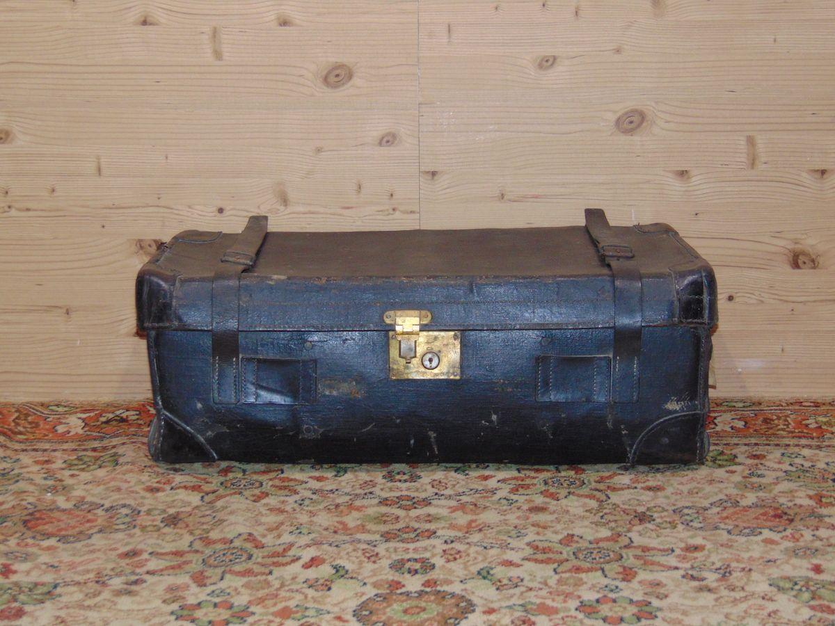 Valigia in cuoio nera 1797.jpg