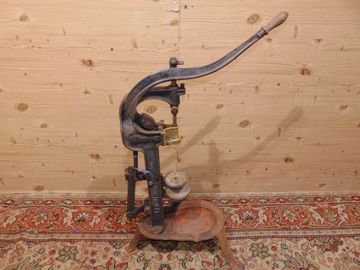 Tappatrice in ferro 1924.jpg