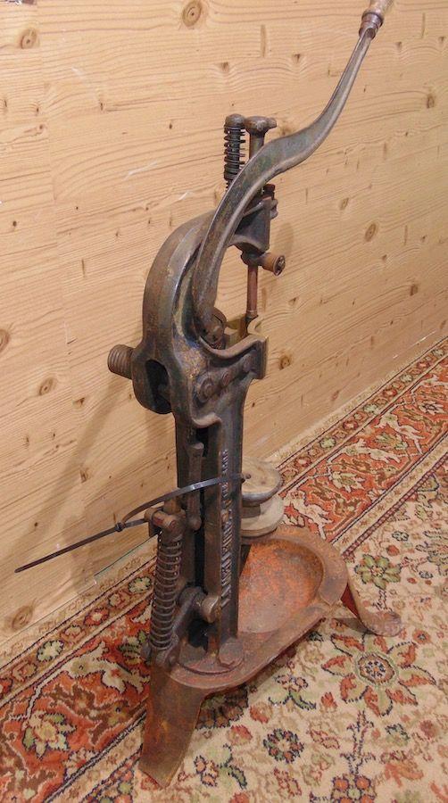Tappatrice in ferro 1924..jpg