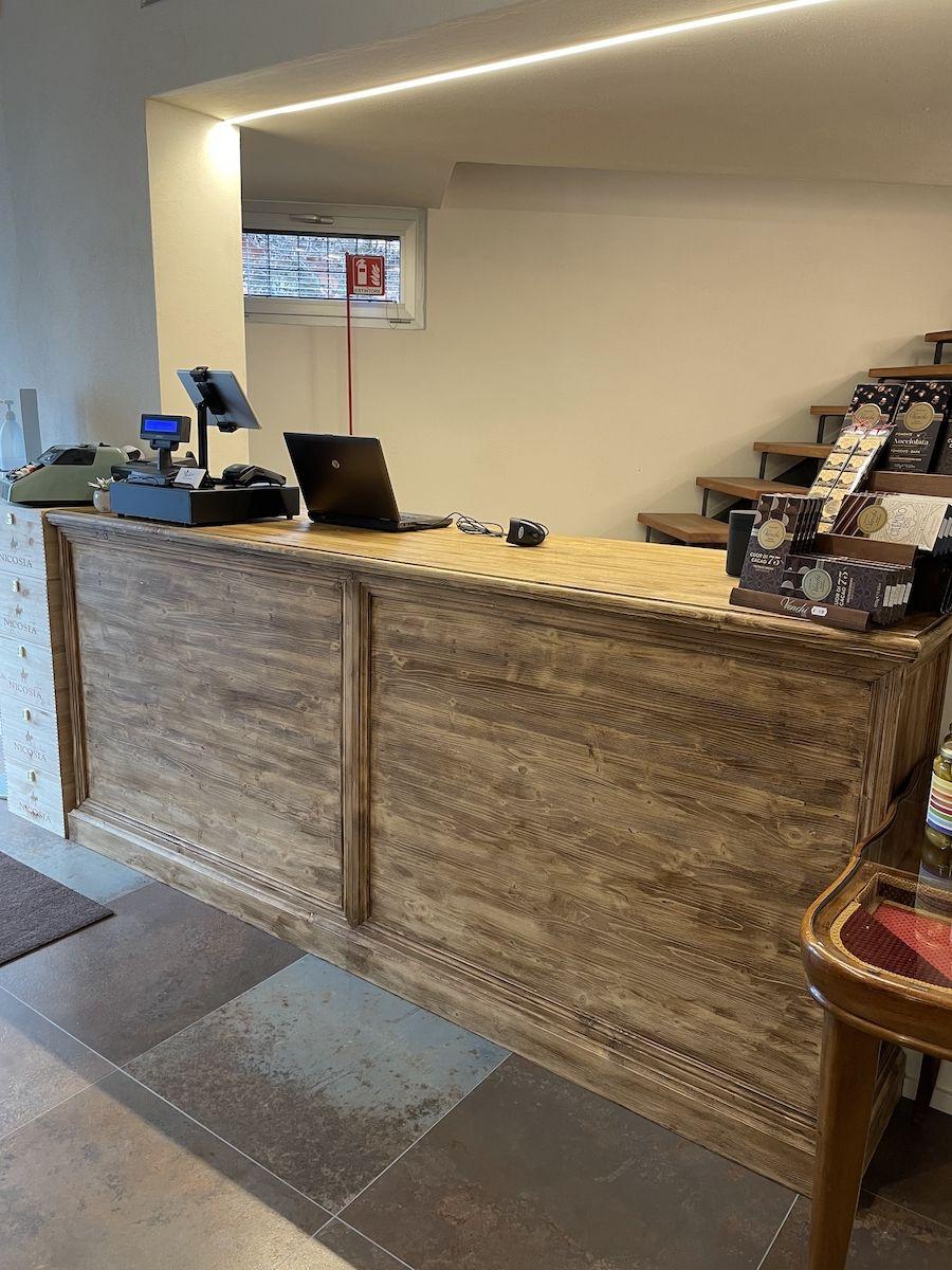 Bancone bar costruito in legno massello img_1164.jpg
