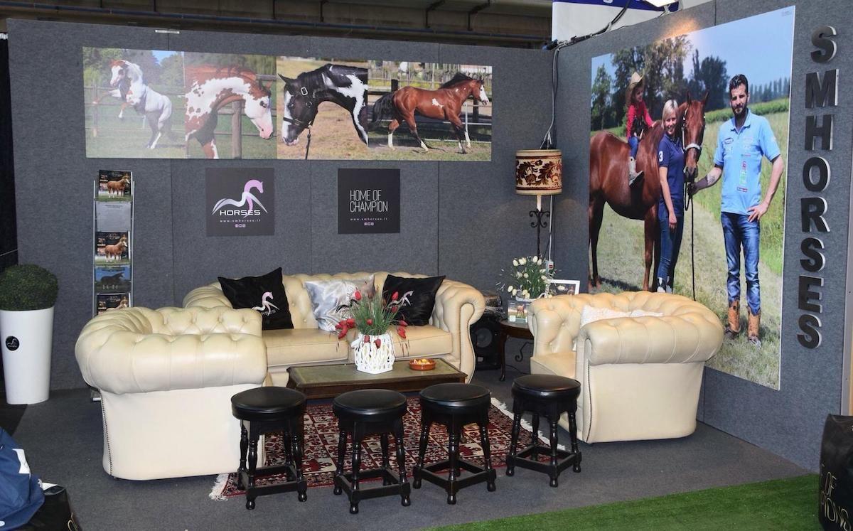 Allestimento stand SMHorses presso la fiera del cavallo Americano a Cremona whatsappimage2018-10-30at13.10.02.jpg