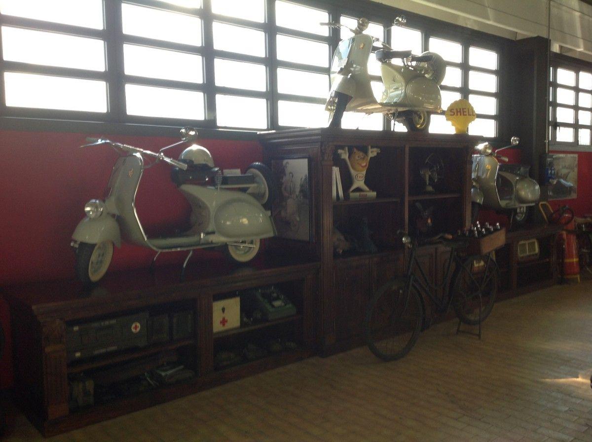 Espositore di motociclette con libreria img_2571-1200.jpg