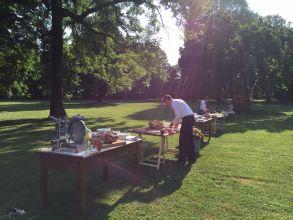 Allestimento di un matrimonio con arredi Chesterfield e mobilio antico presso il palazzo Barbò