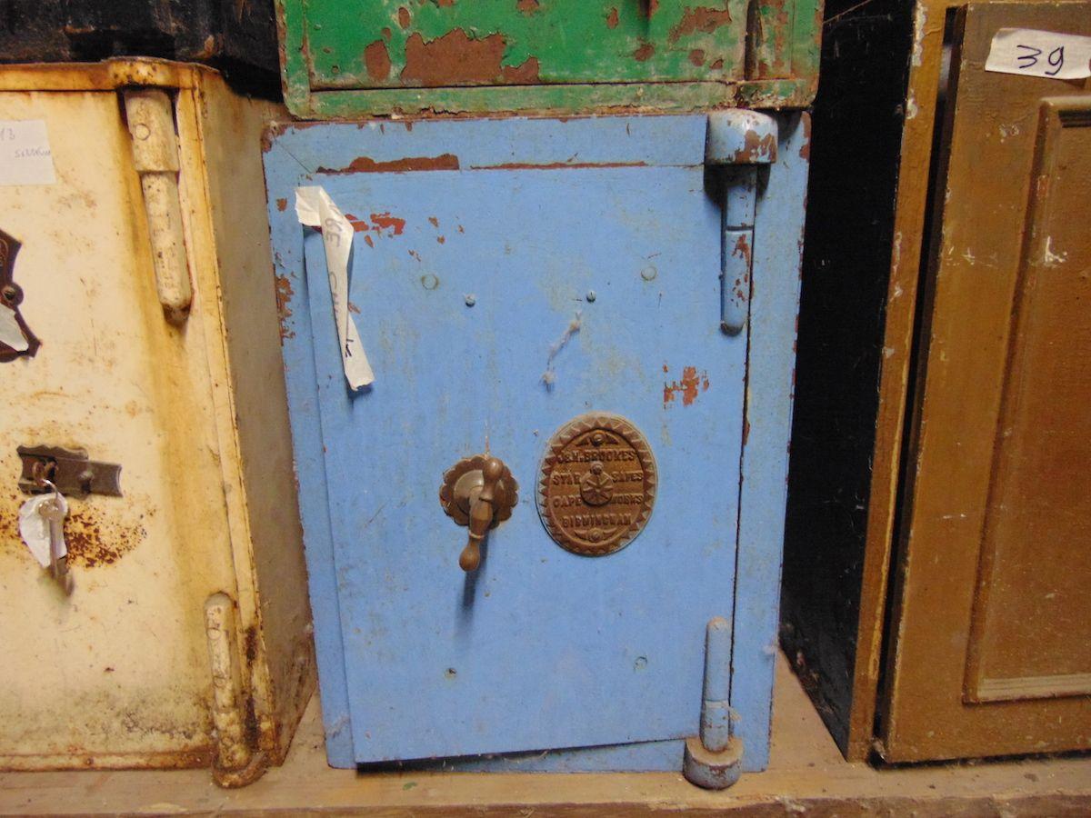 Original English Victorian iron safe dsc03300.jpg