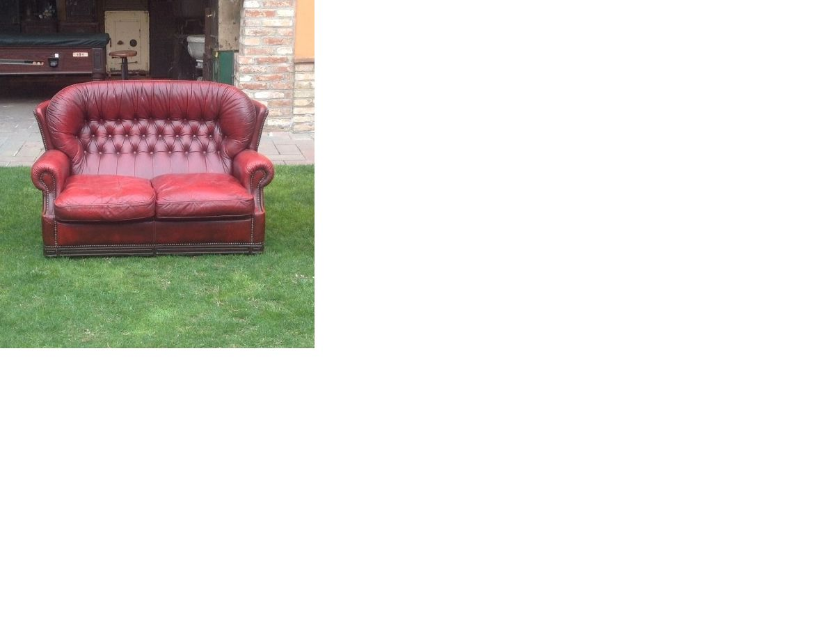 Original English 2 seater Chesterfield sofa in burgundy genuine leather immagine.png
