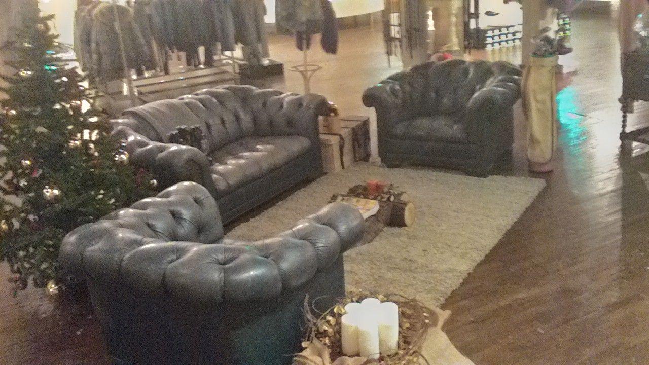 Allestimento di divani Chesterfield allo stock house di Erbusco p_20141124_102420_hdr.jpg