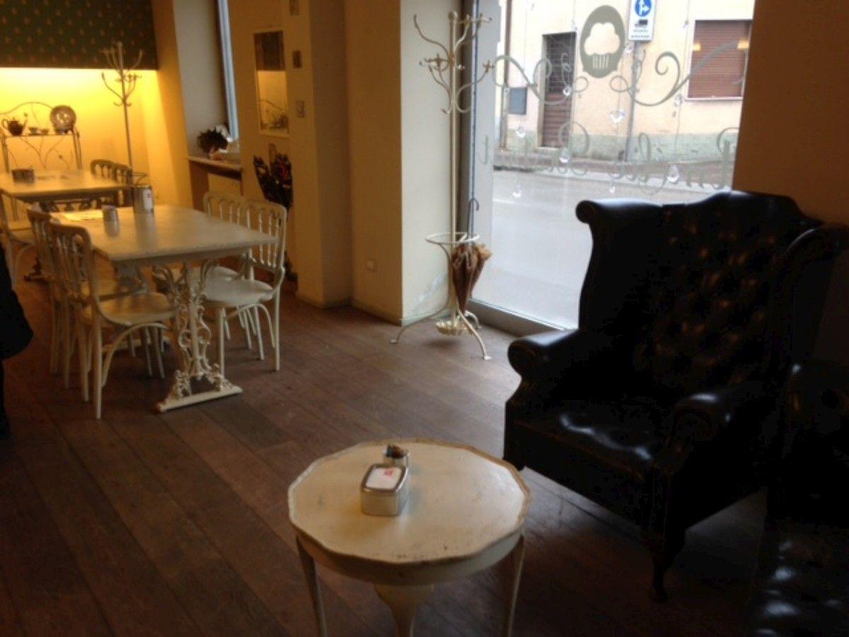 Allestimento di un bistrot con divani e poltrone Chesterfield 2-1200.jpg