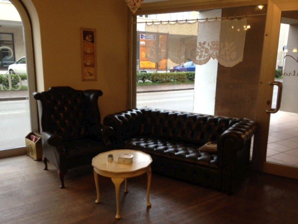 Allestimento di un bistrot con divani e poltrone Chesterfield 4-1200.jpg